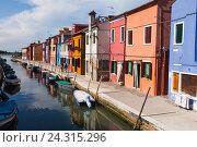 Купить «Ярко окрашенные дома на Бурано, Венеция, Италия», фото № 24315296, снято 29 апреля 2014 г. (c) Виталий Батанов / Фотобанк Лори