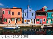 Купить «Ярко окрашенные дома на Бурано, Венеция, Италия», фото № 24315308, снято 29 апреля 2014 г. (c) Виталий Батанов / Фотобанк Лори