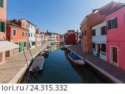 Купить «Ярко окрашенные дома на Бурано, Венеция, Италия», фото № 24315332, снято 29 апреля 2014 г. (c) Виталий Батанов / Фотобанк Лори