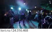 Купить «Музыкальный коллектив выступает на сцене», видеоролик № 24316468, снято 4 декабря 2016 г. (c) Roman Larchikov / Фотобанк Лори