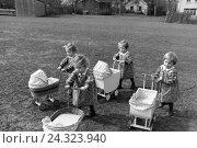 Купить «Die Knipser Vierlinge als Kleinkinder mit ihren Puppenwagen, Deutschland 1930er Jahre. Knipser's quadruplet girls with their doll's prams, Germany 1930s», фото № 24323940, снято 23 июля 2018 г. (c) mauritius images / Фотобанк Лори