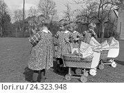 Купить «Die Knipser Vierlinge als Kleinkinder mit ihren Puppenwagen, Deutschland 1930er Jahre. Knipser's quadruplet girls with their doll's prams, Germany 1930s», фото № 24323948, снято 23 июля 2018 г. (c) mauritius images / Фотобанк Лори