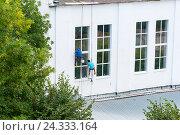 Купить «Верхолазы заделывают швы на новых окнах», эксклюзивное фото № 24333164, снято 16 августа 2016 г. (c) Александр Щепин / Фотобанк Лори