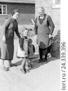 Купить «Alltagszenen aus dem Leben der Helaer Fischerfamilien, Deutsches Reich 1930er Jahre. Scenes from everyday life of the fishermenfamilys of Hela, Germany 1930s», фото № 24339396, снято 19 июля 2018 г. (c) mauritius images / Фотобанк Лори