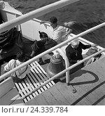 Купить «Passagiere an Bord eines Schiffes auf der Linie Memel Königsberg auf der Ostsee in Ostpreußen, Deutschland 1930er Jahre. Passengers on a ship voyaging...», фото № 24339784, снято 27 мая 2018 г. (c) mauritius images / Фотобанк Лори