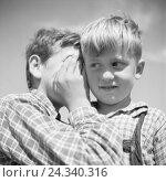Купить «Ein Junge bekommt von einem anderen etwas ins Ohr geflüstert, Deutschland 1930er Jahre. A boy whispers something to another, Germany 1930s.», фото № 24340316, снято 23 июля 2018 г. (c) mauritius images / Фотобанк Лори