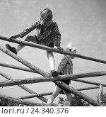 Купить «Kinder spielen und klettern auf einem Holzgerüst in Deutschland, 1930er Jahre. Children playing and climbing on a woodden framework, Germany 1930s.», фото № 24340376, снято 23 июля 2018 г. (c) mauritius images / Фотобанк Лори