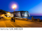 Купить «Evening mood at the promenade in front of the illuminated rock arch Port d'Aval, blue hour, dusk, Etretat, Cote d'Albatre, alabaster coast, Pays de Caux, Seine-Maritime, Normandy, France», фото № 24348024, снято 15 августа 2018 г. (c) mauritius images / Фотобанк Лори