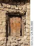 Купить «Деревянная дверь в каменной стене», фото № 24366060, снято 20 ноября 2016 г. (c) Михаил Пряхин / Фотобанк Лори