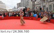 Купить «Девушка в танцует в круге», видеоролик № 24366160, снято 10 сентября 2016 г. (c) Dmitriy Evseev / Фотобанк Лори