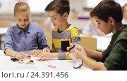 Купить «happy children learning at robotics school», видеоролик № 24391456, снято 26 октября 2016 г. (c) Syda Productions / Фотобанк Лори