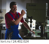 Купить «Drill, worker, workpiece, drill, happy, inside, workplace, locksmith, man, young, overall, mechanical engineering, turner, metal industry, occupation, fun, metal working, metal processing», фото № 24402024, снято 18 сентября 2018 г. (c) mauritius images / Фотобанк Лори
