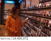 Купить «Music business, woman, CD, select, young, business, retail trade, purchasing, shopping, offer, choice, customer, music, music CD, inside», фото № 24406072, снято 17 февраля 2019 г. (c) mauritius images / Фотобанк Лори