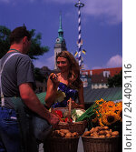 Купить «Germany, Bavaria, Munich, Viktualienmarkt, vegetable seller, woman, make purchases young, vegetables, purchasing, offer, choice, select, market, seller, man, offer, nutrition, healthy», фото № 24409116, снято 17 августа 2018 г. (c) mauritius images / Фотобанк Лори