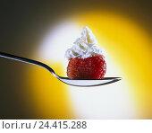 Купить «Spoon, strawberry, whipped cream, Still life, dessert, dessert, dessert, foetus, fruit, garnishes, cream, cream bonnet, decoration, trimming, calories, nibble, lighting effect», фото № 24415288, снято 23 июля 2018 г. (c) mauritius images / Фотобанк Лори