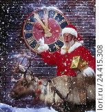 "Купить «Wall clock, ""five point in front of twelve"", Santa Claus, gesture, haste, present, pensioner studio, Christmas, Santa Claus, Santa, Christmas, snowfall...», фото № 24415308, снято 22 мая 2001 г. (c) mauritius images / Фотобанк Лори"