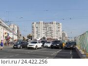 Купить «Москва, автомобили ожидают зелёный сигнал светофора на Таганке», эксклюзивное фото № 24422256, снято 16 июля 2016 г. (c) Дмитрий Кальтенбруннер / Фотобанк Лори