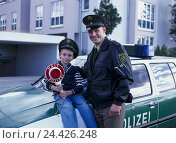 Купить «Police car, policeman, child, boy, police cap, near, police, man, friendship, career plans, police officer, official, uniform, patrolman, film official, father, son, job profile», фото № 24426248, снято 20 июля 2001 г. (c) mauritius images / Фотобанк Лори