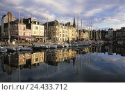 Купить «France, Normandy, Honfleur, Vieux basin you port, promenade, street cafes, Europe, department applejack, town view, seafarer's town, old harbour, Ste. Etienne Quai, harbour promenade, bars, gastronomy», фото № 24433712, снято 23 января 2003 г. (c) mauritius images / Фотобанк Лори