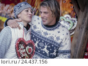 Купить «Christmas fair, couple, young, happy, girls, gingerbread heart, half portrait, Advent, Advent season, Christmas, Christmas period, winter, Christmas fair...», фото № 24437156, снято 28 января 2003 г. (c) mauritius images / Фотобанк Лори