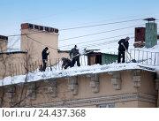 Купить «Рабочие сбрасывают снег с крыши здания», фото № 24437368, снято 6 января 2011 г. (c) Куликов Константин / Фотобанк Лори