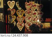 Купить «Germany, Hamburg, winter cathedral, market stall, sales, gingerbread hearts, public festival, fair, market stall, sales, gingerbread, hearts, small presents...», фото № 24437908, снято 3 марта 2003 г. (c) mauritius images / Фотобанк Лори