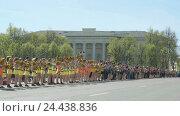 Купить «Cheerleaders teenagers dressed in yellow costumes», видеоролик № 24438836, снято 13 мая 2016 г. (c) worker / Фотобанк Лори