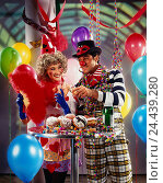 Купить «Carnival, couple, champagne glasses, kick off, streamers, balloons, bistro table, carnival doughnut carnival, Carnival ball, party, celebration, celebrate...», фото № 24439280, снято 25 сентября 2018 г. (c) mauritius images / Фотобанк Лори