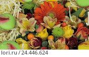 Красивые цветы и макаруны вращаются. Стоковое видео, видеограф Video Kot / Фотобанк Лори