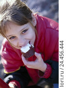 Купить «Girls, happy, chocolate marshmallow, eat, portrait, outside, child, sweet, sweetness, sweets, nibble, bite off, calories, rich in calorie, sweetly, nutrition, unhealthily», фото № 24456444, снято 23 января 2002 г. (c) mauritius images / Фотобанк Лори