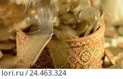 Купить «Деньги падают в чашку. Концепция увеличения прибыли и доходов», видеоролик № 24463324, снято 9 декабря 2016 г. (c) Сергеев Валерий / Фотобанк Лори