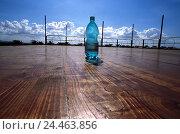 Купить «Terrace, wooden floor, water Bottle, Ti5, planking floor, wooden boards, plastic Bottle, Bottle, plastic Bottle, blue, mineral water, drink, soft drink...», фото № 24463856, снято 19 марта 2004 г. (c) mauritius images / Фотобанк Лори