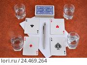 Купить «Колода игральных карт, авторучка, бумага и стопки с водкой на столе», фото № 24469264, снято 8 декабря 2016 г. (c) Максим Мицун / Фотобанк Лори