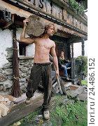 Купить «couple, young, alpine hut, outside, man, stripped to the waist, firewood, axe», фото № 24486152, снято 17 июля 2018 г. (c) mauritius images / Фотобанк Лори