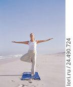 Купить «Sandy beach, woman, yoga practise, Vrikshasana variation, motions, Best Age, 50-60 years, long-haired, grey-haired, sports clothes, gymnastics clothes...», фото № 24490724, снято 28 сентября 2005 г. (c) mauritius images / Фотобанк Лори