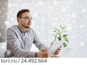 Купить «creative male worker with tablet pc at home office», фото № 24492664, снято 19 марта 2016 г. (c) Syda Productions / Фотобанк Лори