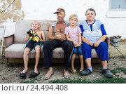 Купить «Пожилая семейная пара с внуками во дворе деревенского дома», фото № 24494408, снято 6 августа 2016 г. (c) Вадим Орлов / Фотобанк Лори