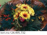 Купить «Flower bouquet, roses, gerbera,  Fruits, detail,   Plants, flowers, bloom heads, blooms, prime, nature, Floristik, slice flowers, apple, pumpkin, concept...», фото № 24495732, снято 16 августа 2018 г. (c) mauritius images / Фотобанк Лори