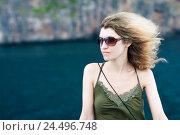 Купить «Женщина в очках с развевающимися на ветру волосами смотрит вправо», фото № 24496748, снято 19 декабря 2010 г. (c) Эдуард Паравян / Фотобанк Лори