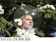 Купить «Garden, shrub, blossoms, man, head, glass ball, icon, allergy, protection, isolation, model released, people, defence, conception, shrubs, blossom, protect...», фото № 24498308, снято 2 июня 2009 г. (c) mauritius images / Фотобанк Лори
