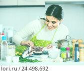Купить «girl eviscerating salmon fish in domestic kitchen», фото № 24498692, снято 22 октября 2018 г. (c) Яков Филимонов / Фотобанк Лори