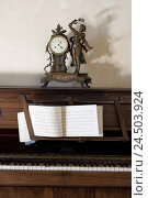 Купить «Piano, sheet music, clock, nostalgically,», фото № 24503924, снято 14 мая 2009 г. (c) mauritius images / Фотобанк Лори