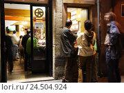 Купить «Spain, La Rioja, Logrono, bar, guests, evening,», фото № 24504924, снято 24 июня 2009 г. (c) mauritius images / Фотобанк Лори