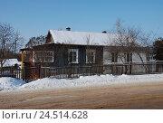 Купить «Одноэтажный деревянный деревенский дом. Город Кашин. Тверская область», эксклюзивное фото № 24514628, снято 18 февраля 2012 г. (c) lana1501 / Фотобанк Лори