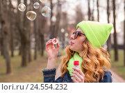 Девушка пускает мыльные пузыри. Стоковое фото, фотограф Aleksandr Ryzhov / Фотобанк Лори