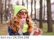 Девушка пускает мыльные пузыри в парке. Стоковое фото, фотограф Aleksandr Ryzhov / Фотобанк Лори