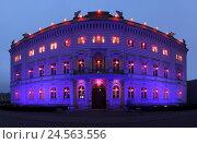 Купить «Berlin, Bertelsmann house, violet illuminated, stars of Bethlehem, panoramic format,», фото № 24563556, снято 21 августа 2018 г. (c) mauritius images / Фотобанк Лори
