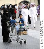 Купить «Woman, children, shopping carts, men, Dubai, United Arab Emirates,», фото № 24569772, снято 15 августа 2010 г. (c) mauritius images / Фотобанк Лори