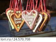 Купить «Fairground, candy stand, detail, gingerbread hearts, hanging, Germany, Bremen (city), northern Germany, trip, destination, fairground, funfair, folk festival...», фото № 24570708, снято 22 августа 2018 г. (c) mauritius images / Фотобанк Лори