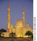 Купить «United Arab Emirates, Dubai, Jumeirah mosque, outside, night, lighting, VAE, town, part town, Jumeirah, mosque, towers, twin's minaret, domes, structure...», фото № 24583024, снято 14 июля 2008 г. (c) mauritius images / Фотобанк Лори